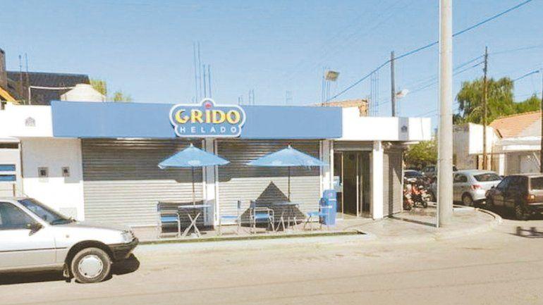 Dos ladrones se robaron $100 mil de una heladería