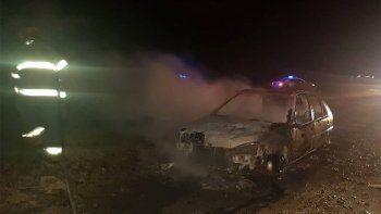 prendieron fuego un auto, en cercanias a una empresa petrolera