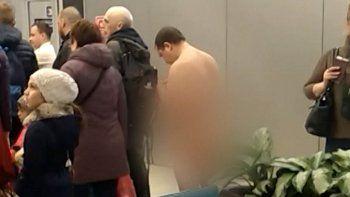 arrestaron a un pasajero que intentaba subir desnudo al avion