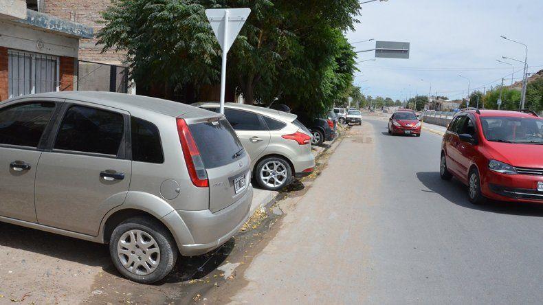 Ya empezaron a multar por dejar autos en la vereda