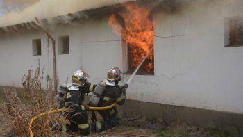 un incendio consumio una vivienda cerca de junin de los andes