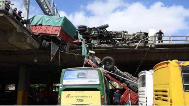 Un camión chocó con otro y lo tiró al vacío en una autopista porteña