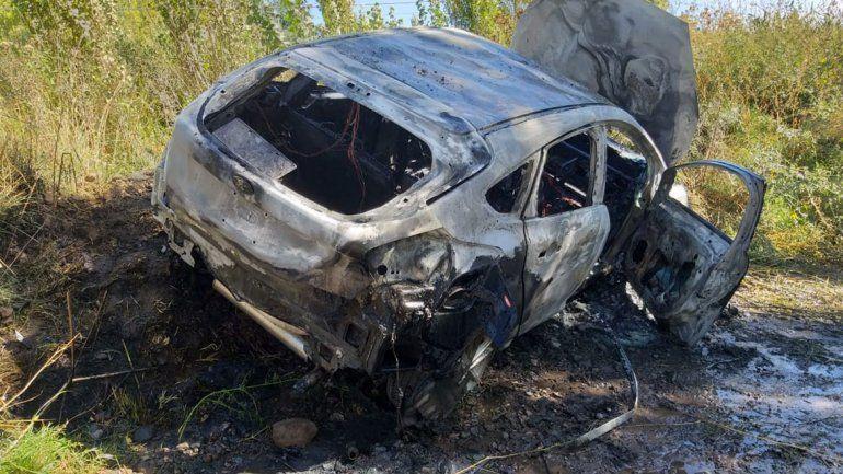Encontraron un auto incendiado en un descampado de Vista Alegre