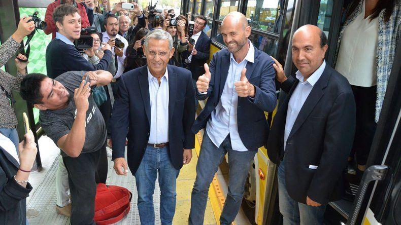 Finalmente Pechi inauguró el Metrobús, que ya tiene vidrios rotos en dos paradores