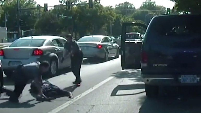 Una policía baleó a un hombre por no usar el cinturón