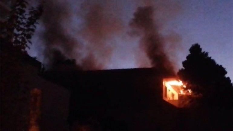 Bomberos tuvieron que apagar tres veces un incendio en un quincho en pleno centro