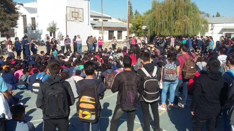 EPET 9: sentada de alumnos por el regreso de un docente acusado de abuso