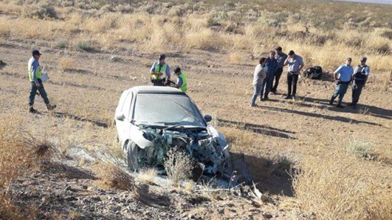 Ruta 22: se encandiló, chocó, volcó y se le prendió fuego el auto