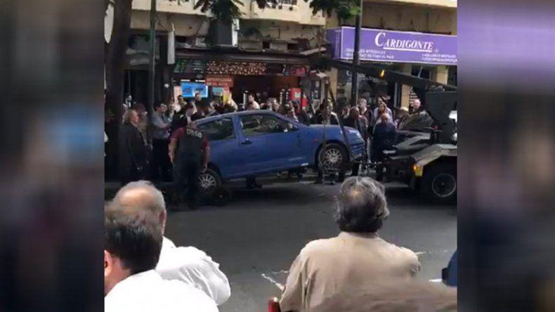 Se atrincheró en el auto para que no se lo llevara la grúa