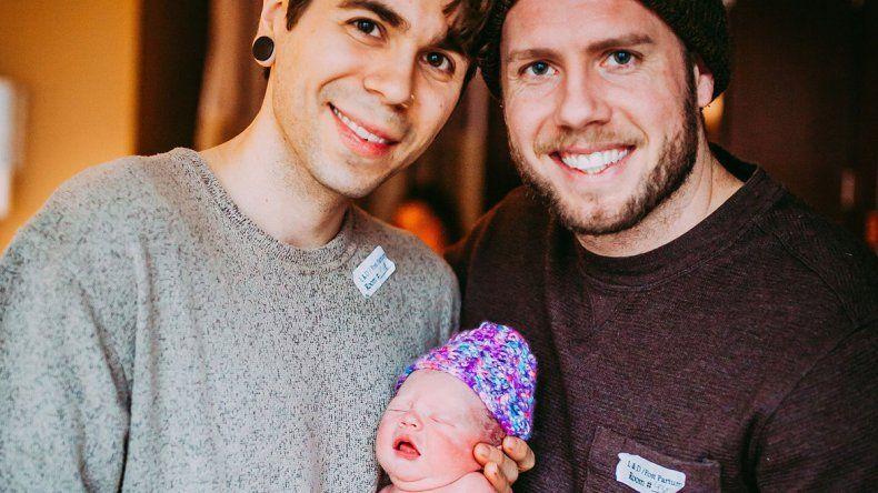 Una mujer de 61 años dio a luz al bebé de su hijo gay