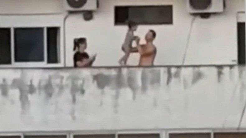 Escalofriante: una pareja hizo caminar a su hijita por la cornisa de un séptimo piso