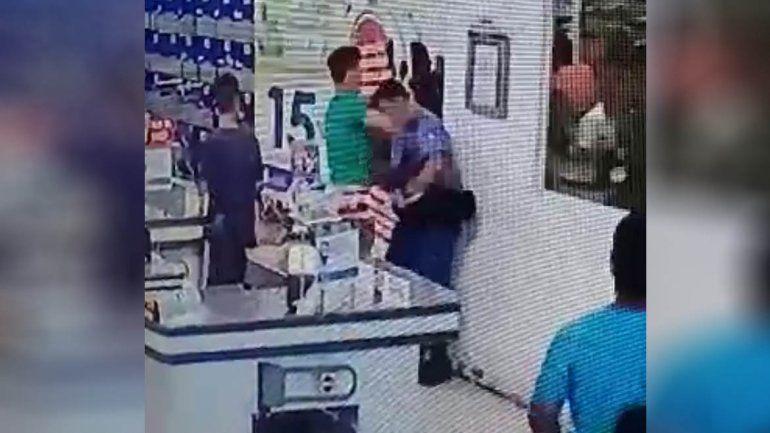 Impactante video: se quiso ir sin pagar del súper y noqueó a trompadas a un policía
