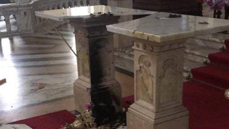 Entró a una iglesia y prendió fuego el altar