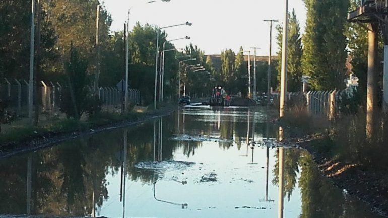 Un río sobre la calle Anaya complicó el acceso a un barrio costero