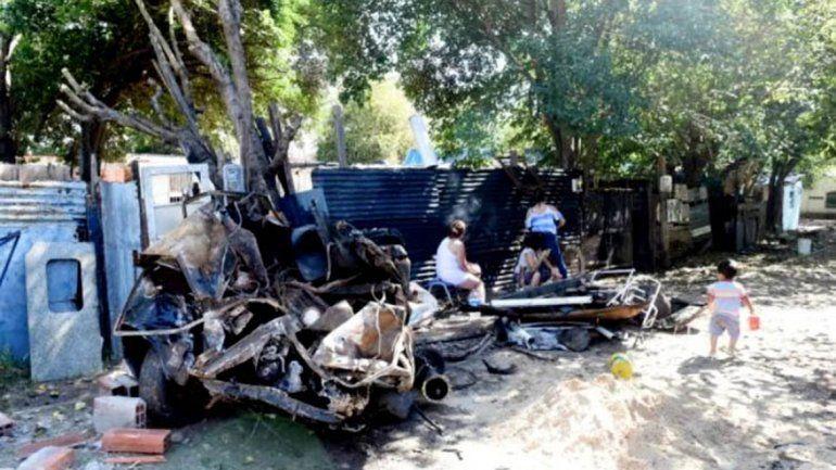 Un tren se llevó puesto a un auto y destrozó 4 casas