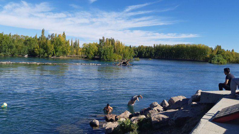 En otoño y sin los guardavidas, la gente se baña igual en el Limay