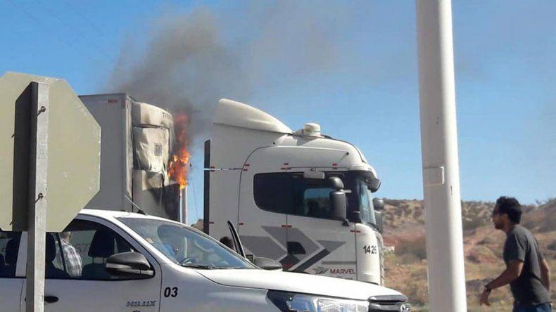 Un camión se prendió fuego y provocó caos en la Ruta 7