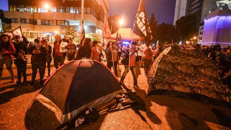 Acamparon en la Avenida por mayor asistencia social