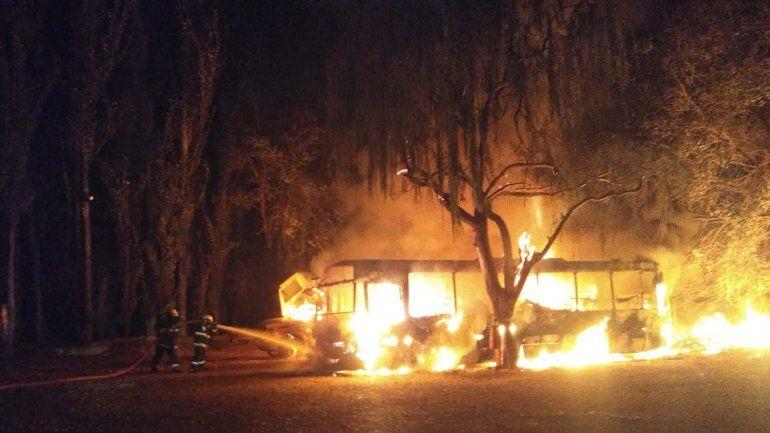 Se incendiaron dos minibuses y un camión en un depósito cerca de Añelo