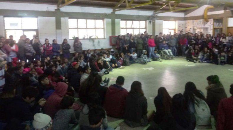 Otra escuela sin bancos ni sillas: reclamaron con una sentada en el CPEM 40
