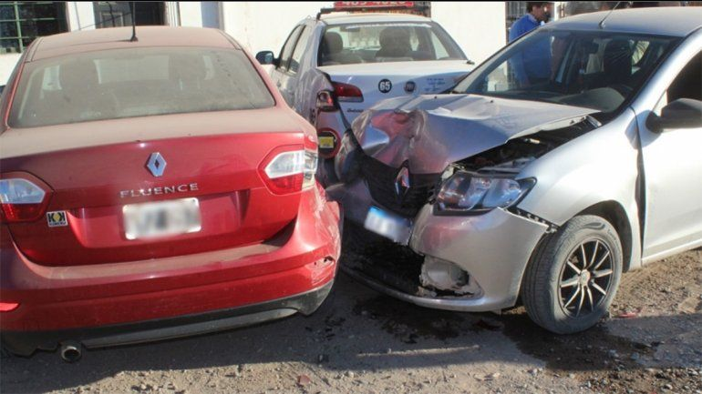 Manejaba borracho y chocó a dos autos que estaban estacionados