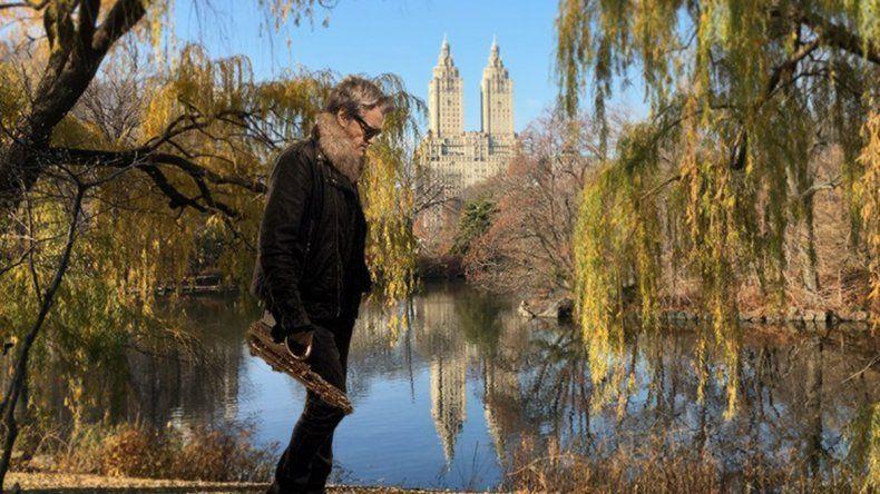 Roberto Pettinato toca el saxo a la gorra en Nueva York