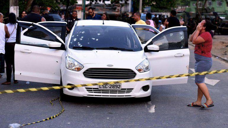 Policías militares brasileños dispararon 80 veces y mataron a un hombre por error