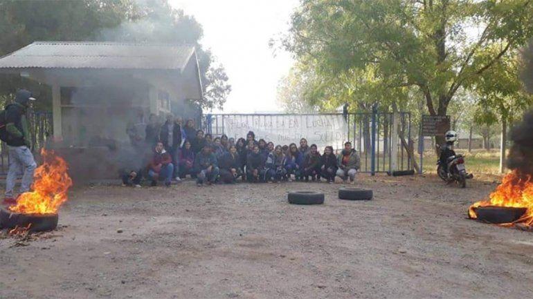 Por falta de pago, trabajadores de un galpón de El Chañar cortarán Ruta 7