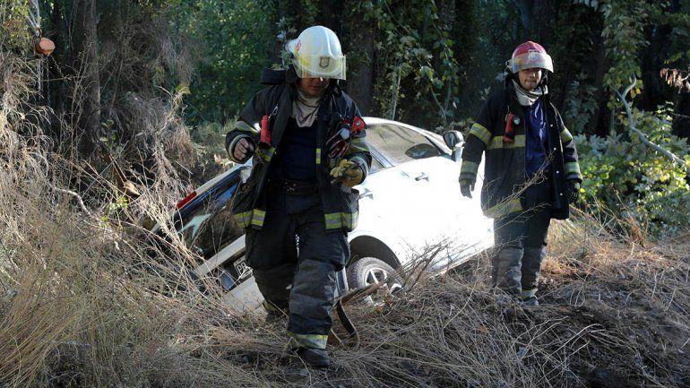 Perdió el control y terminó con su auto adentro de un canal en Centenario