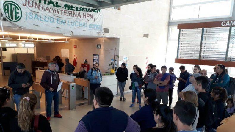 Personal del Castro Rendón de paro por reclamos salariales