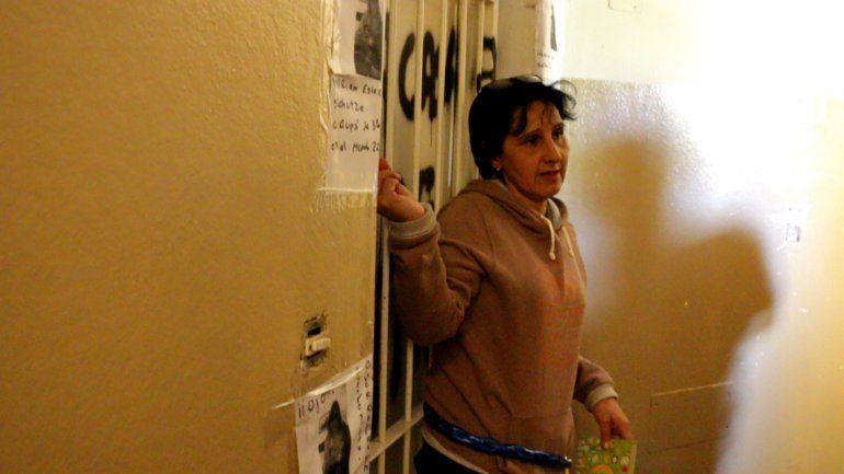Una mujer se encadenó porque una amiga de toda la vida le usurpó su departamento