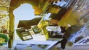 con total impunidad, una clienta se robo una billetera en segundos