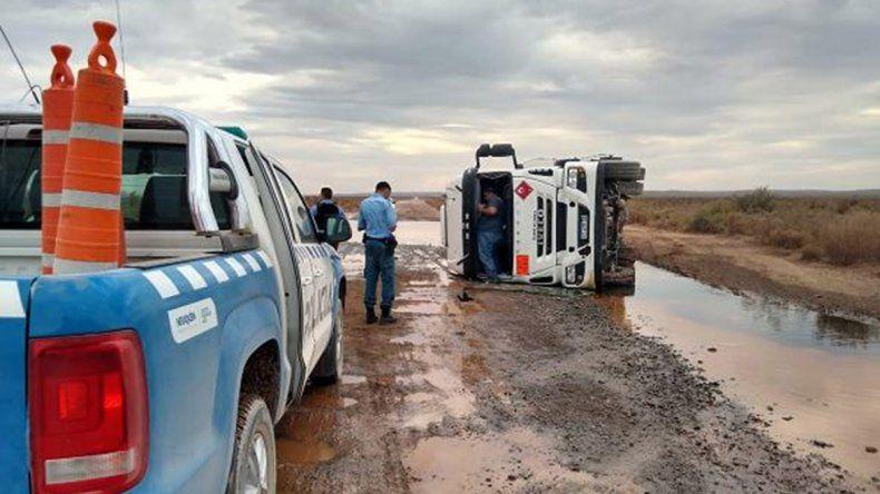 Un camión que transportaba crudo volcó cerca de Añelo