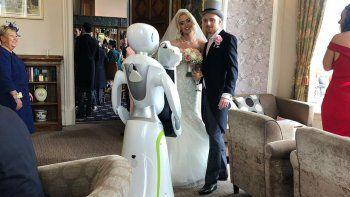 pareja se casa y contrata a una robot como fotografa
