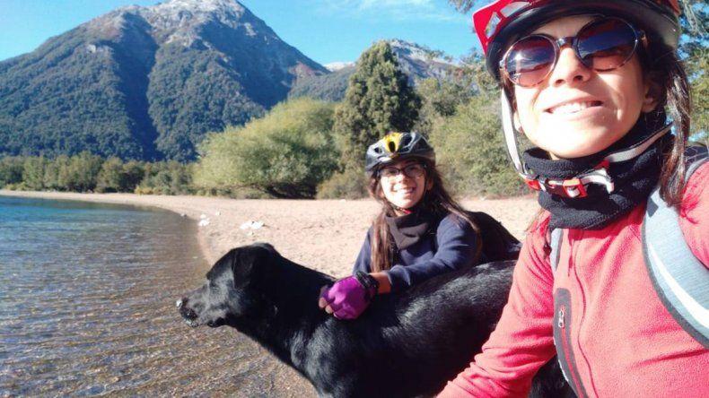 Se enamoró en la cordillera: inició una campaña para encontrar al perro que la acompañó en su travesía