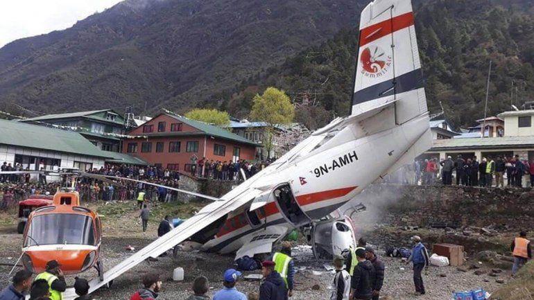 Tres muertos al chocar un avión y dos helicópteros cerca del Everest
