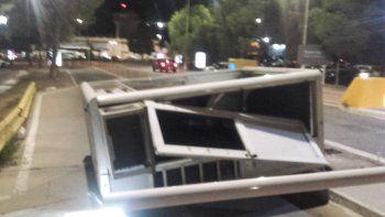 un colectivo volteo una caseta de cobro en el acceso al aeropuerto