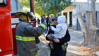 incendio: mujer sufrio heridas y logro salvar a su hijo de 4