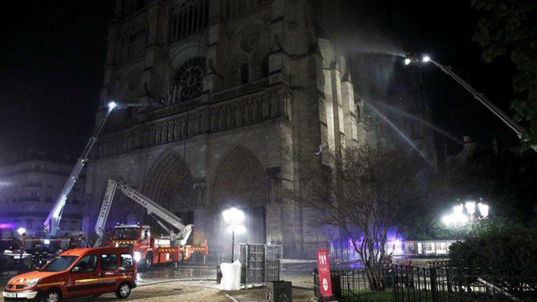 Macron: Vamos a reconstruir Notre Dame todos juntos
