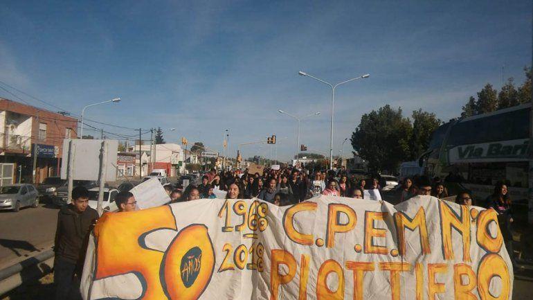 Por falta de auxiliares y problemas edilicios los estudiantes neuquinos salen a las calles