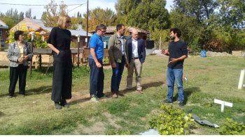 autoridades nacionales recorrieron el puesto de capacitacion agropecuario de plottier