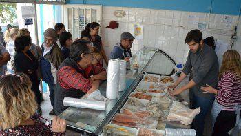 en el jueves santo, se registraron largas colas para comprar pescado