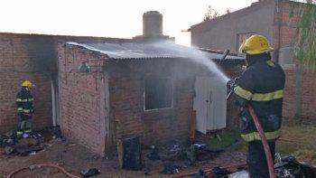 se incendio una vivienda y parte de su techo se cayo