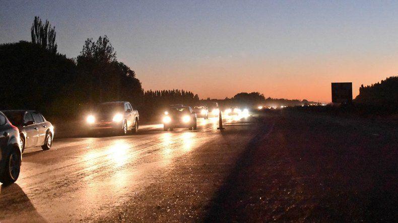 Una fila infinita de autos en el retorno desde la cordillera
