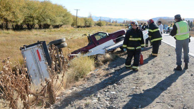 Llevaba un camión a remolque, perdió el control de su camioneta y volcó en la Ruta 40