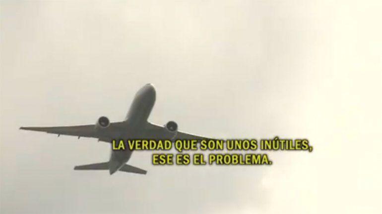 Dos aviones casi chocan y el piloto estalló contra la controladora de la torre de control