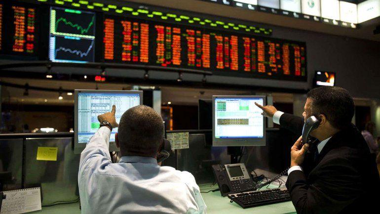 El riesgo país llegó a los 1015 puntos y cayeron los bonos