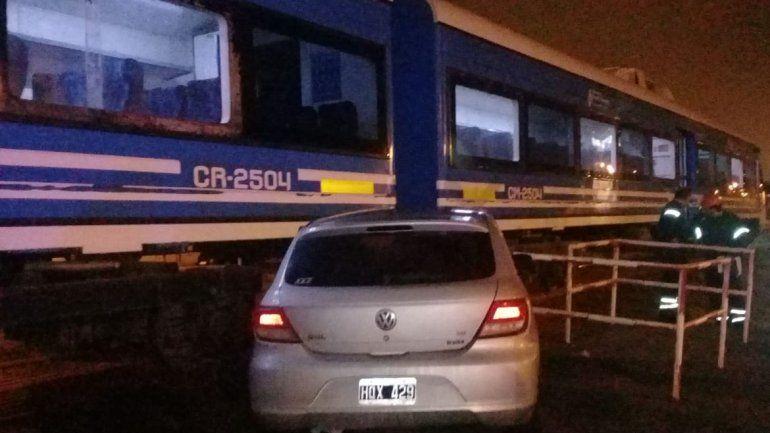 Un auto chocó contra el tren en el centro: un herido leve