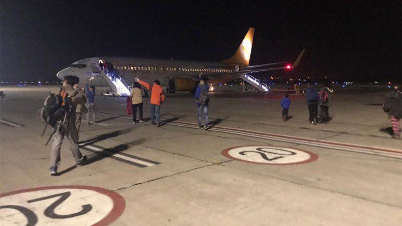 Bronca con Flybondi: pasajeros estuvieron varados 10 horas en el aeropuerto de Neuquén