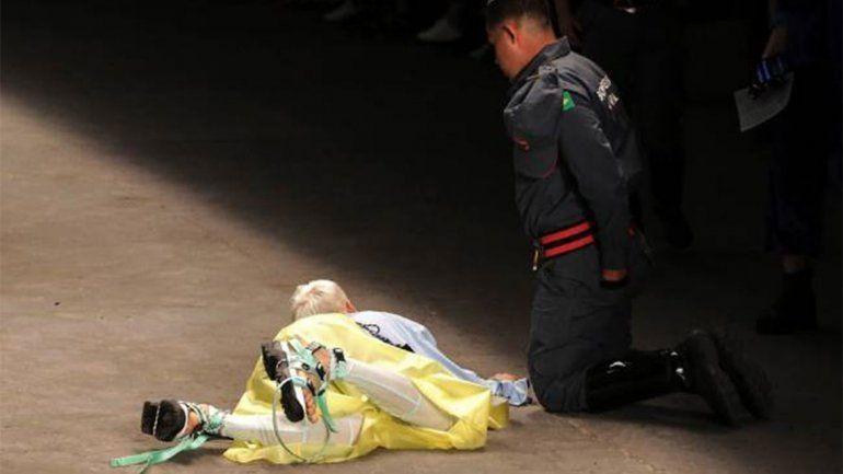 Tragedia en la pasarela: un modelo de 26 años se desplomó en medio de un desfile